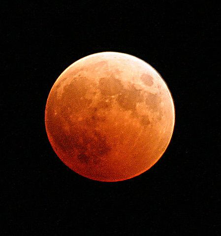 800px-US_Navy_041027-N-9500T-001_The_moon_turns_red_and_orange_during_a_total_lunar_eclipse